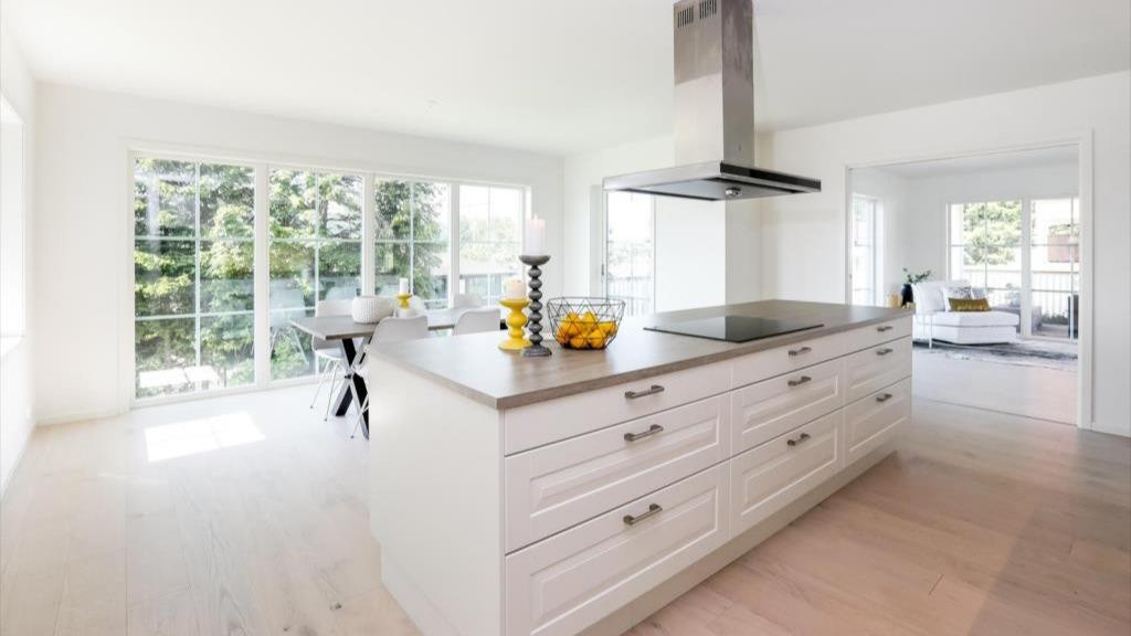 Stort kjøkkenrom, med vinduer fra gulvet og opp.