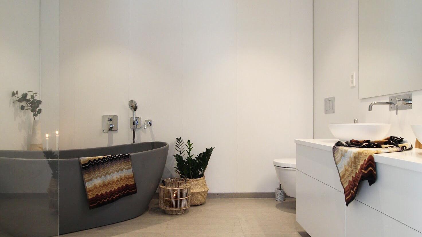 Baderom med badekar. Foto: @i.rdecor