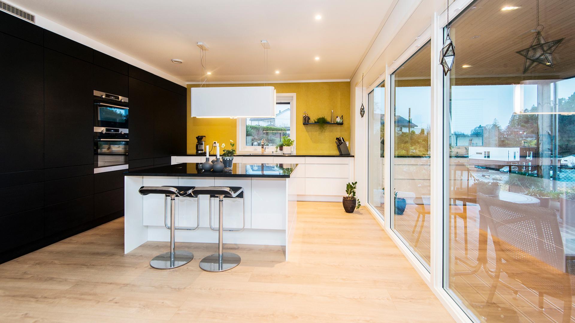 Praktisk med mye skapplass på kjøkkenet