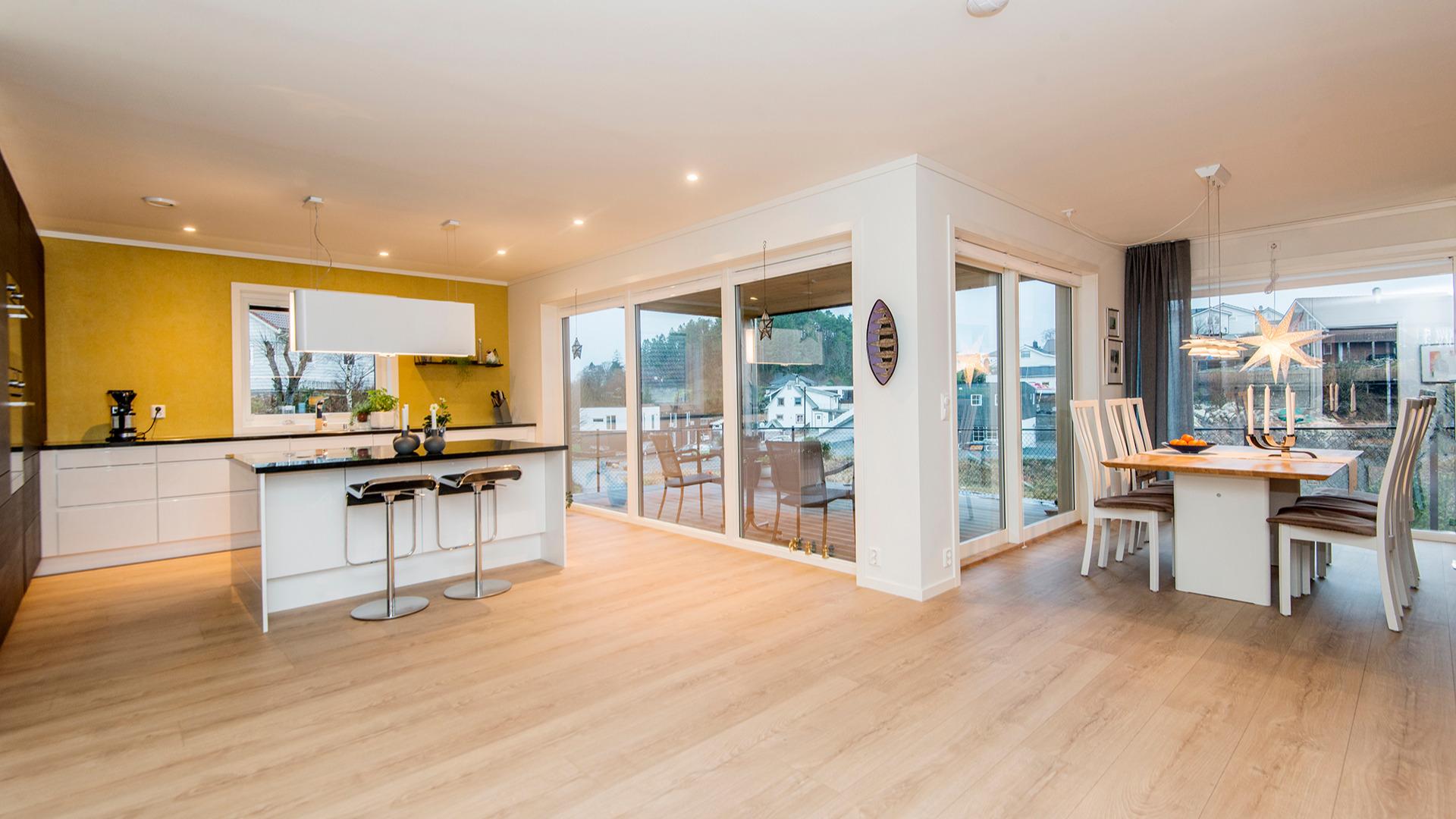 Store vinduer på kjøkken og spisestue