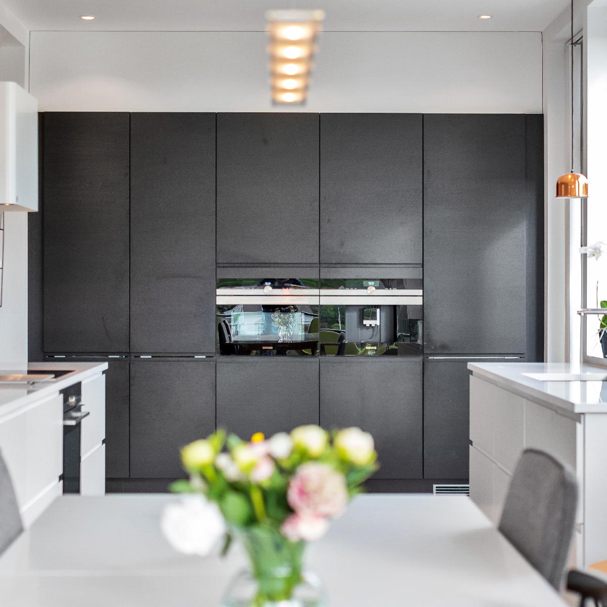 Kjøkken med mye skapplass.