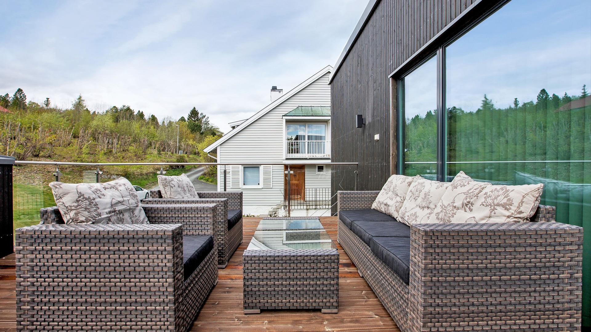 Fin terrasse til å nyte ettermiddagssolen