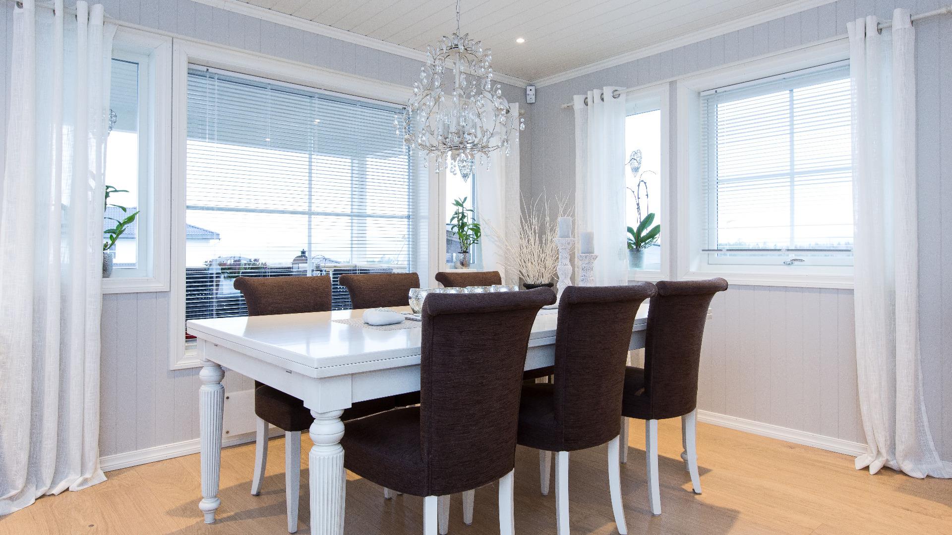 Det er i spisestua vi samles, holder selskaper, deler måltider og snakker til sola går ned. Når du sitter her har du god kontakt med både kjøkken og stue, og de store vinduene skaper et lyst og hyggelig sted å være.