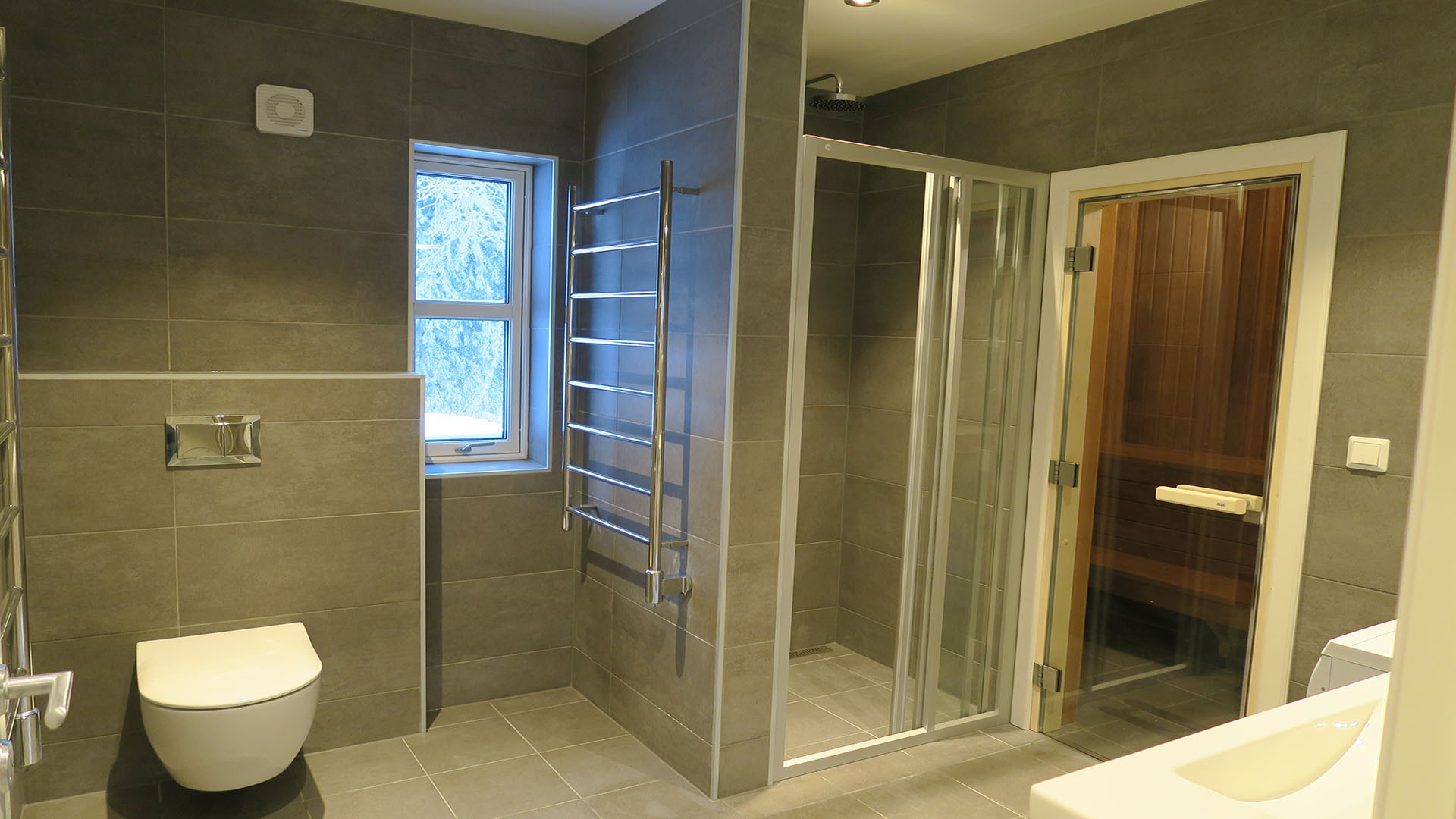 Et delikat bad med dusjsone og badstue