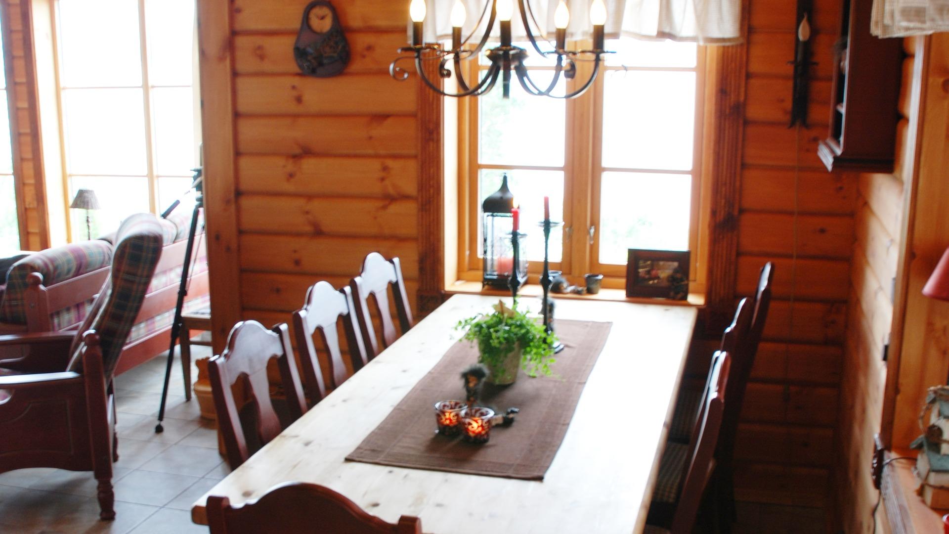 På kjøkkenet kan du ved spisebordet nyte lange, gode frokoster
