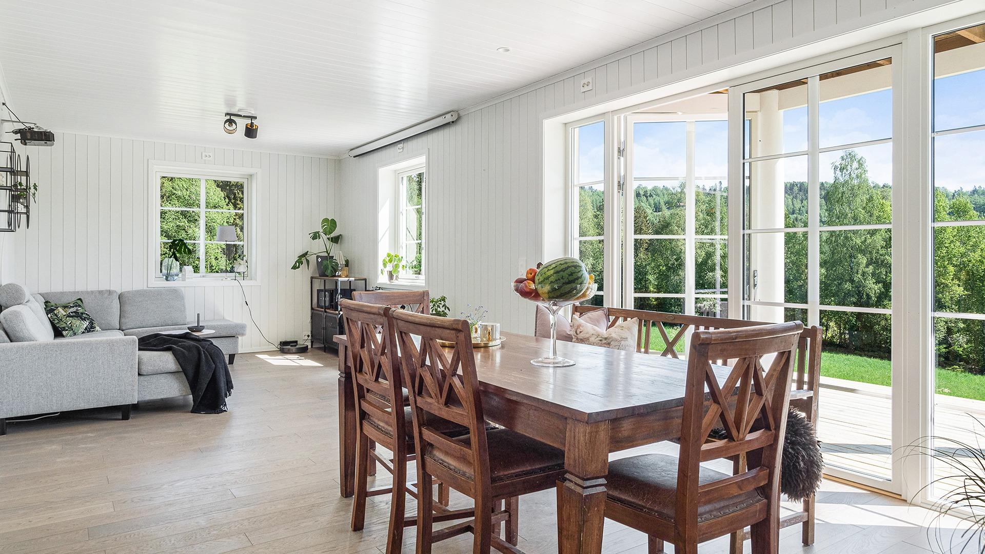 Arkitekten speilvendte mange av rommene i huset for å få full utnyttelse av sol- og utsiktsforhold.