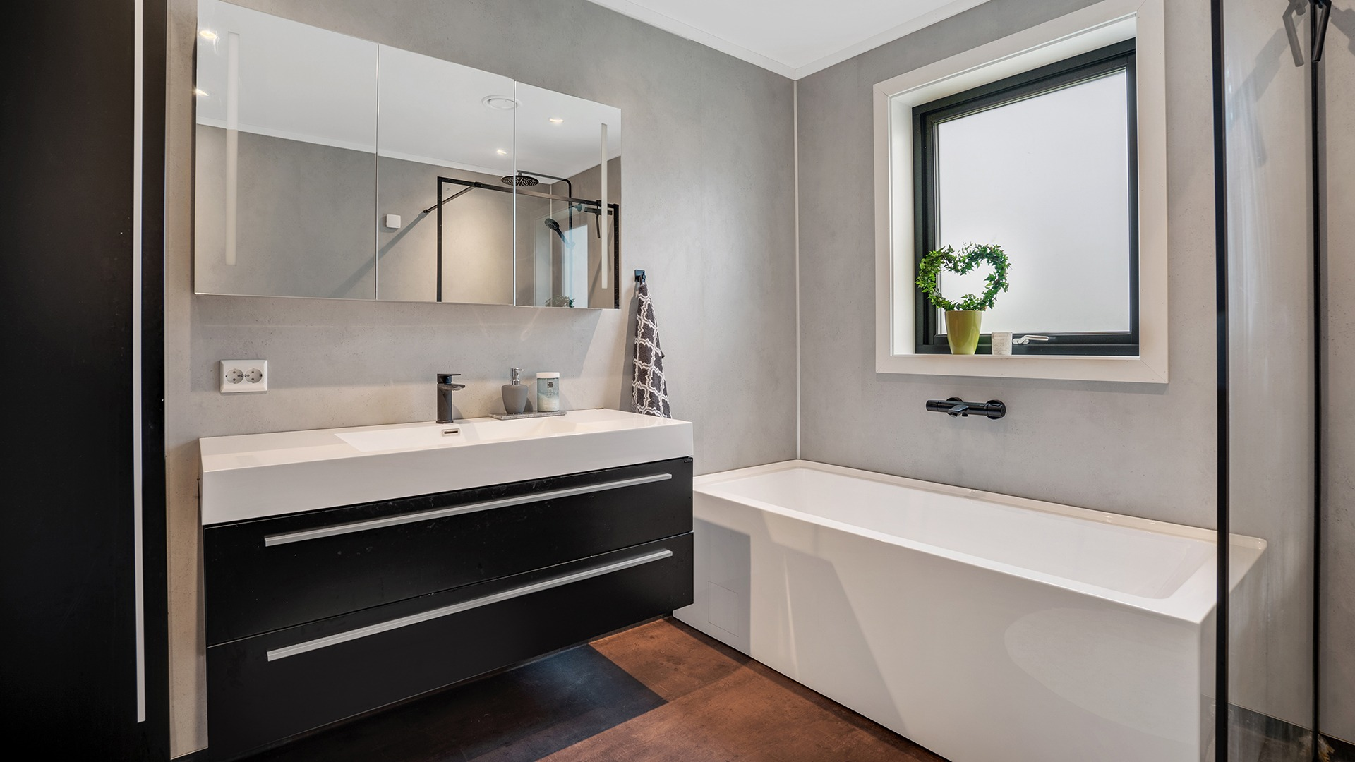Lekkert bad med både badekar og dusjhjørne