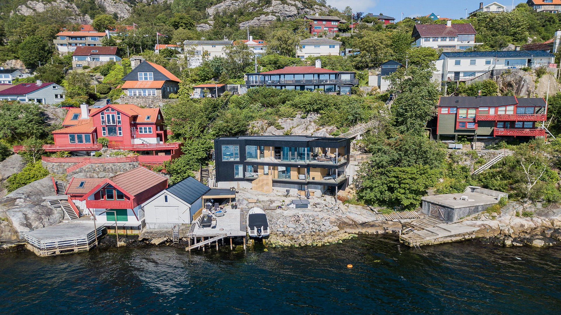 Bratt terreng ned mot sjøen og med eksisterende bebyggelse gjorde byggingen utfordrende