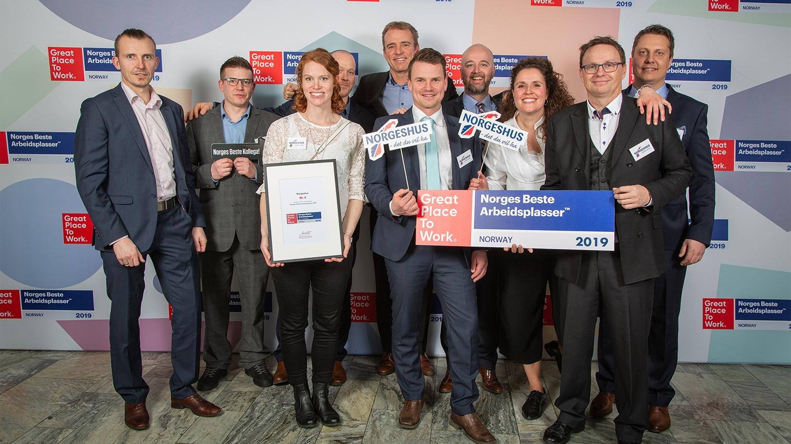 Representanter fra Hovedkontoret og noen av forhandlerne fikk æren av å ta imot prisen for Norges 4. beste arbeidsplass 2019.