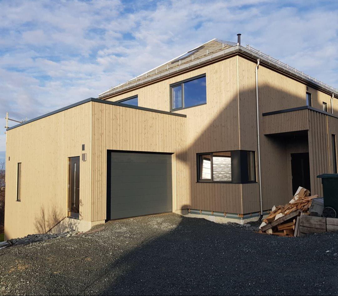 Rehabiliteringsprosjekt av gammelt hus. Tilbygd ny garasje med takaltan og inngangsparti.